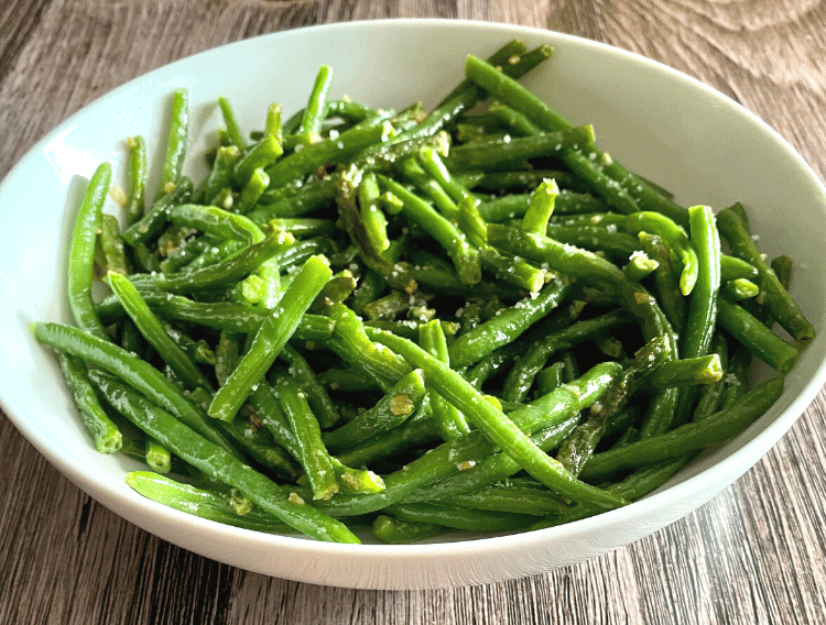 keto creamy garlic green beans in a white bow1